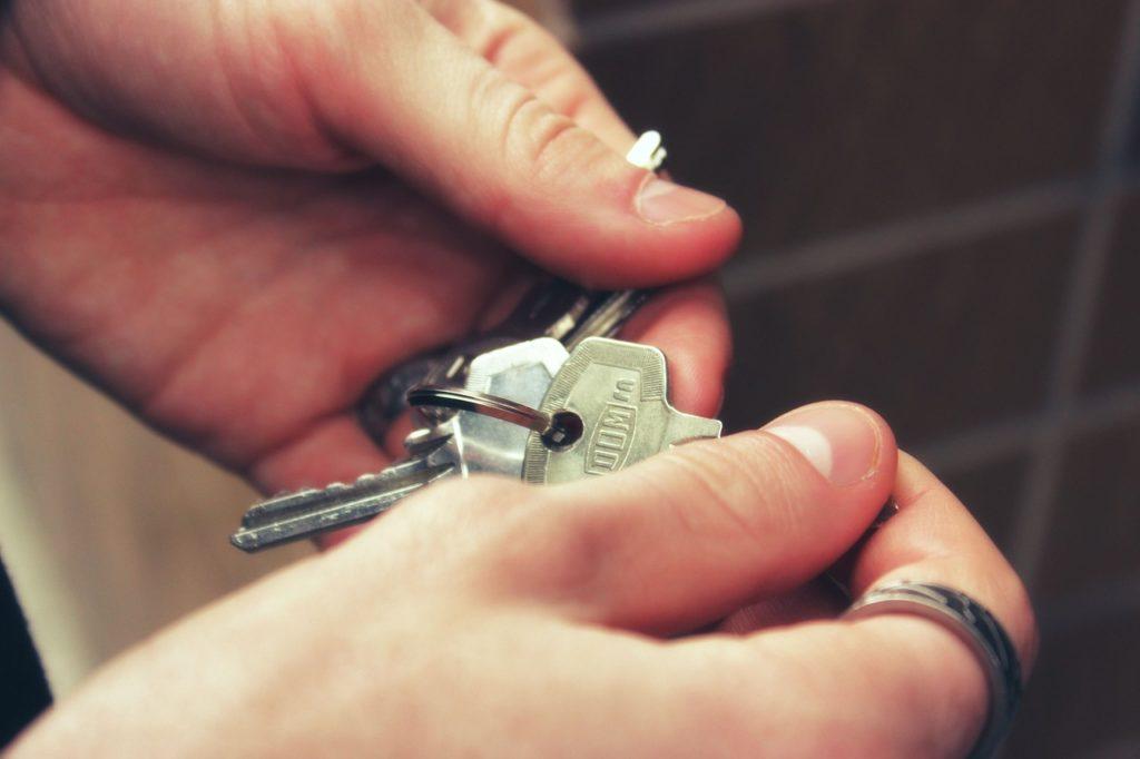 Bild mit Schlüsseln in den Händen eines Mannes
